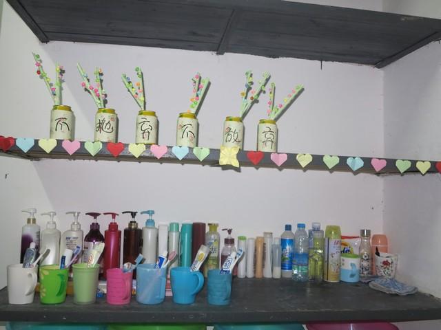 本着花小钱办大事的原则,同学们围绕班级主题对教室、寝室展开了纯手工制作的氛围布置。全班总动员——心灵手巧的女生折起了千纸鹤、幸运星、爱心桃……就连我们大条的男生也耐心地学习折纸,为氛围大赛贡献出自己的力量。